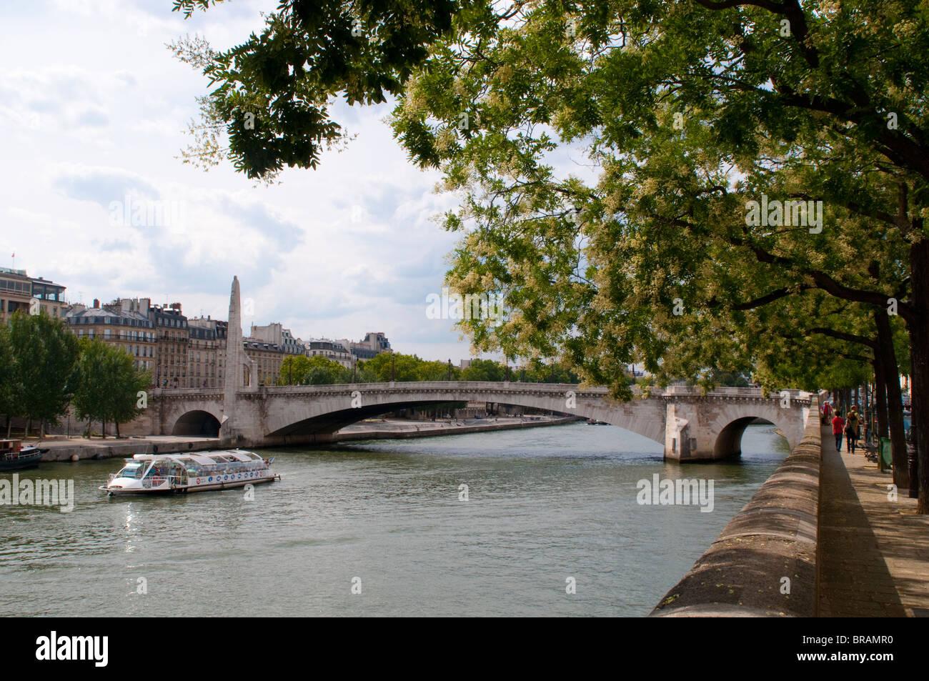 Quay on Ill St Louis and Pont de la Tournelle, Tournelle Bridge, Paris, France - Stock Image