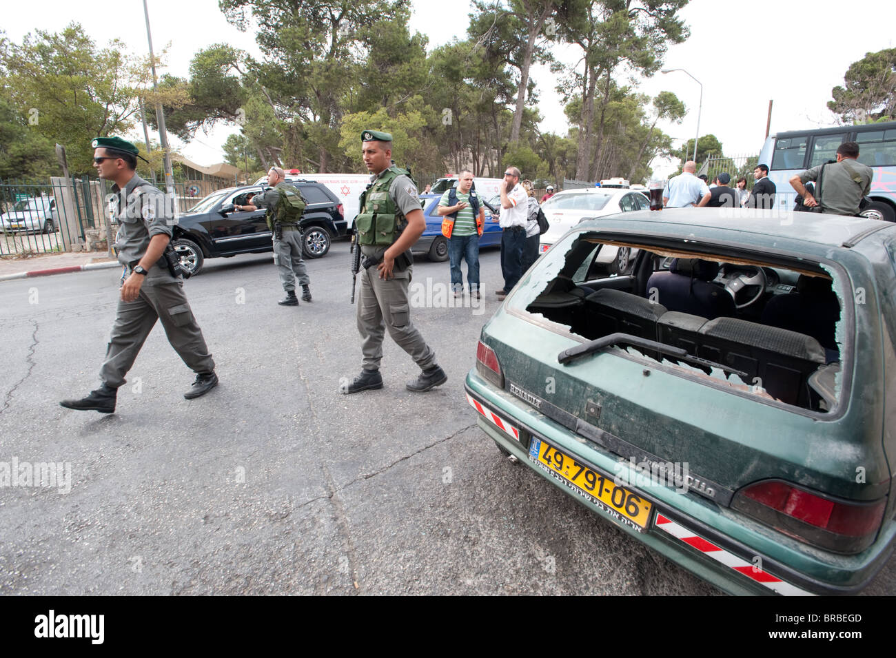 Israeli police guard the scene after Israelis were injured when their cars were attacked by Palestinians in A-Tur Stock Photo