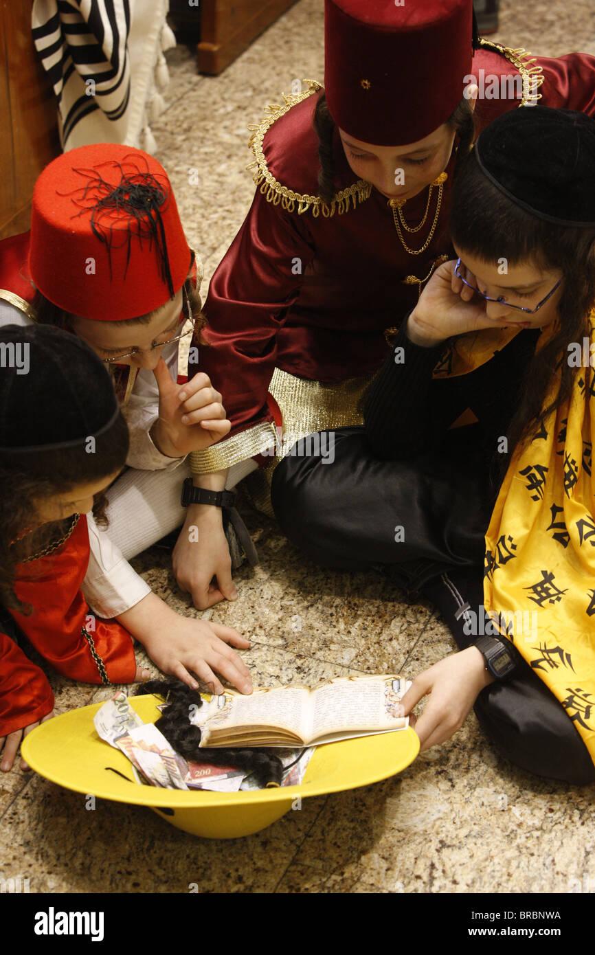 Purim celebration in the Belz Synagogue, Jerusalem - Stock Image