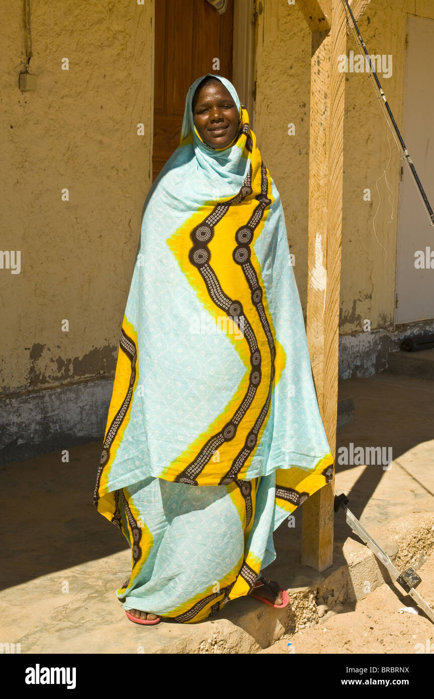 Traditionally dressed woman standing in the shade, Banc dᆱArguin, Mauritania - Stock Image