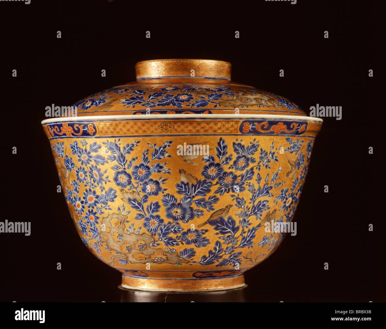 Covered Nai Lam Thong bowl, a type of Bencharong, Rattanakosin, Prasat Museum, Bangkok, Thailand - Stock Image