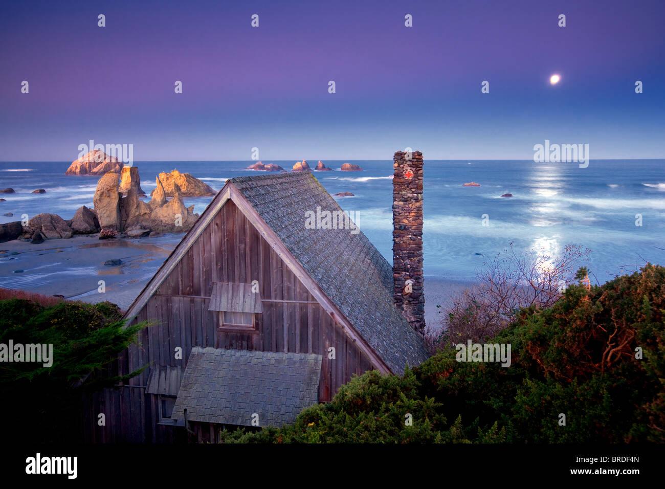 Cabin overlooking Bandon beach with moon set. Bandon, Oregon - Stock Image