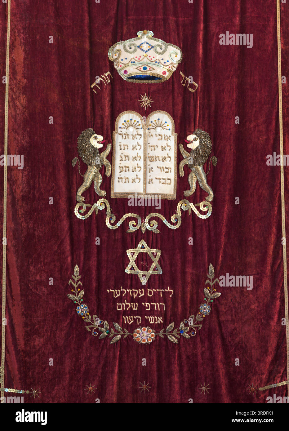 Jewish symbols Torah crown, Ten Commandments Plaque tablets, David's star in a synagogue ark, embroidery on - Stock Image