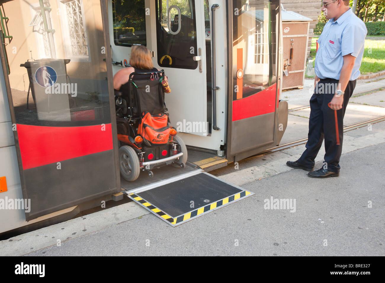 Rollstuhlrampe bei einer Straßenbahn Stock Photo