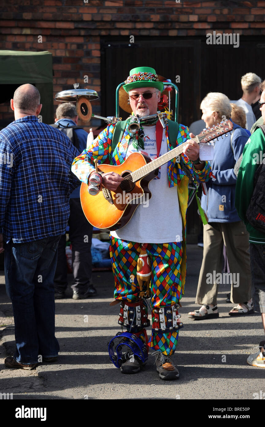 Busker at work entertaining crowds - Stock Image