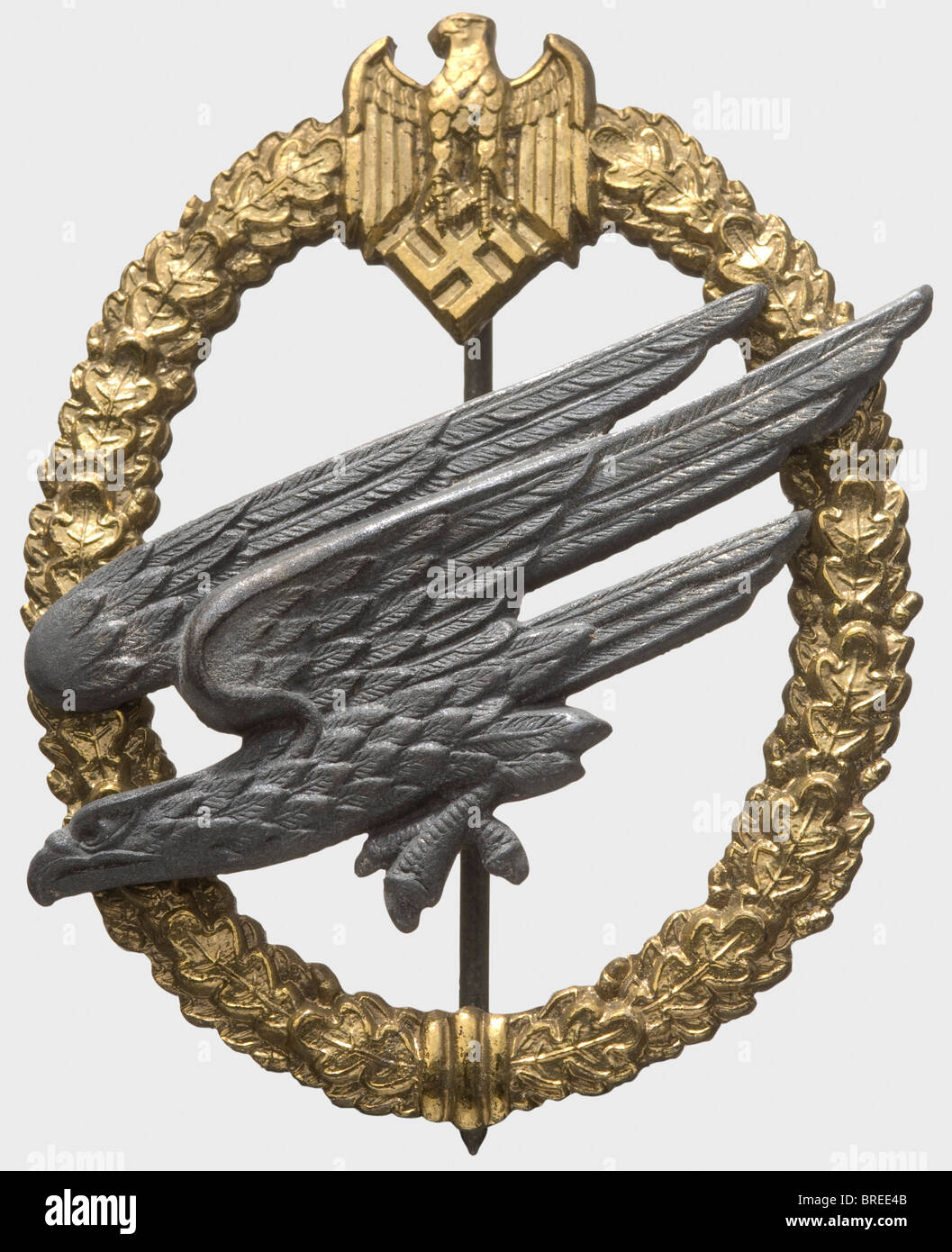 An Army Parachutists Badge, circa 1944 production Fine zinc issue with gilt wreath and grey eagle, without maker's - Stock Image