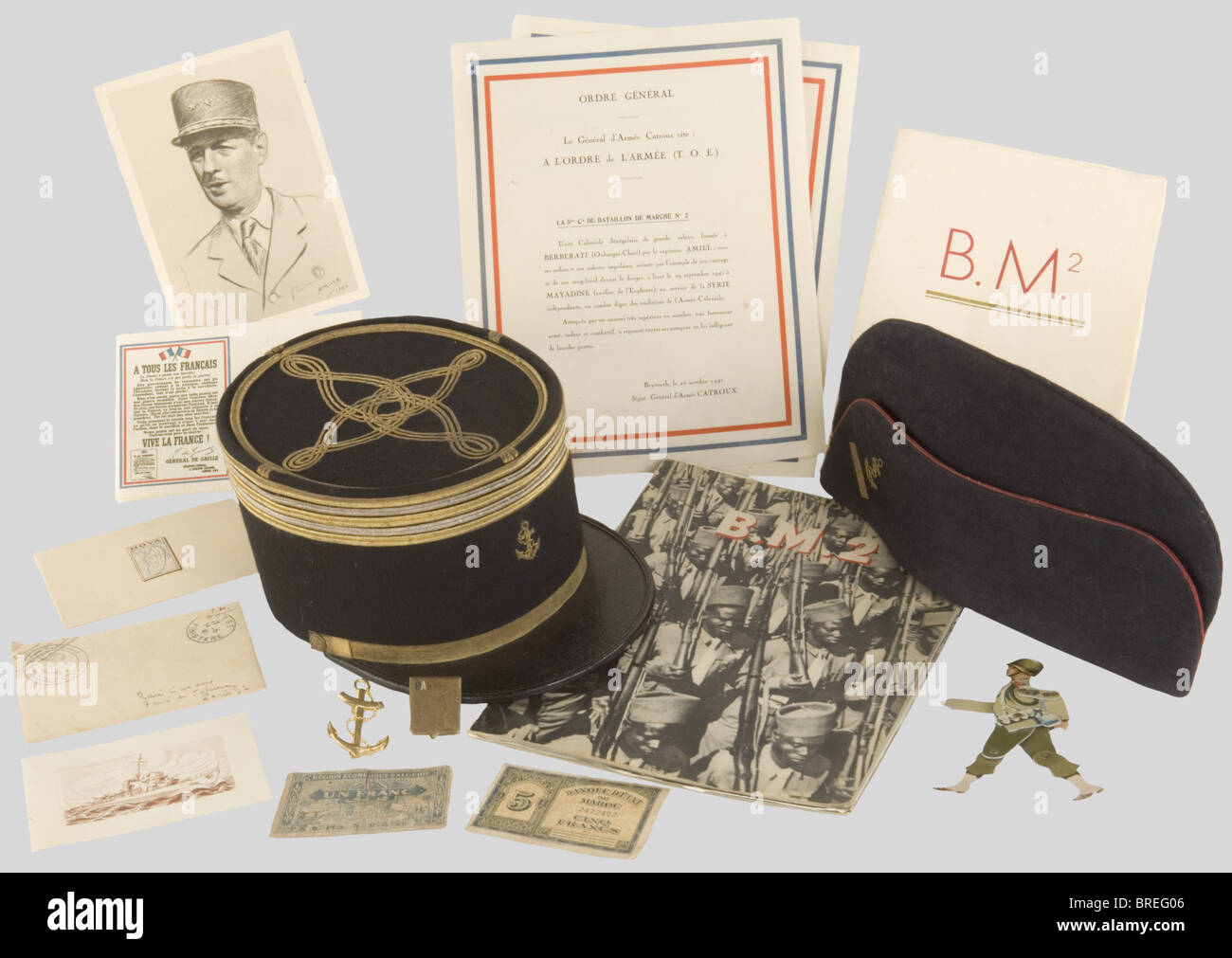 France 20ème Siècle, Ensemble de souvenirs des Troupes Coloniales, comprenant le rare insigne, modèle - Stock Image