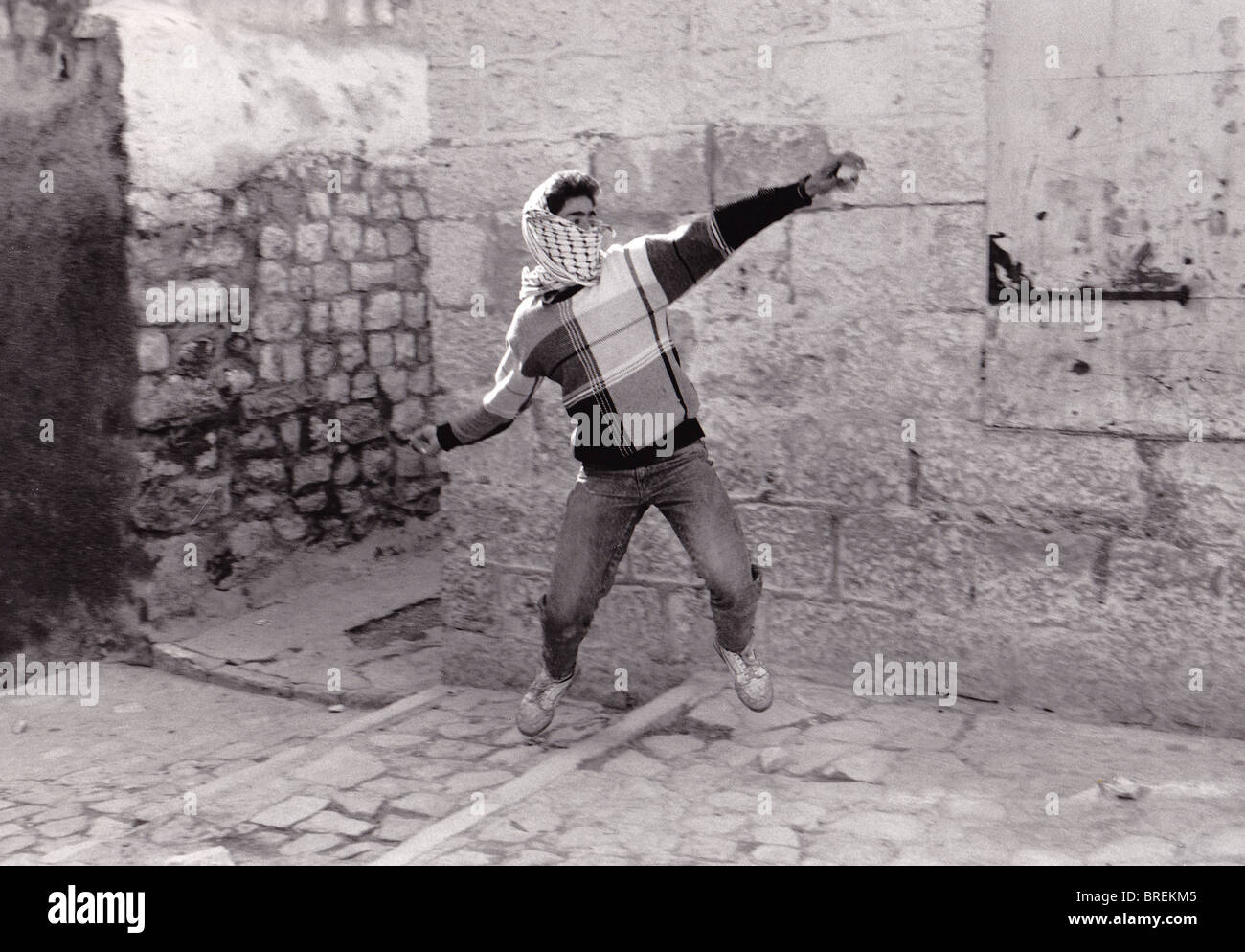 PALESTINE PALESTINIAN YOUTH THROWING STONES AT ISRAELI SOLDIERS DURING INTIFADA - Stock Image