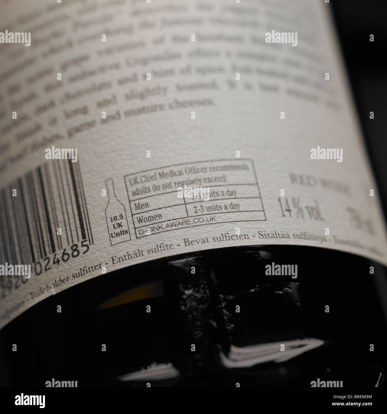 Alcohol Consumption Guide on back of wine label - Stock Image
