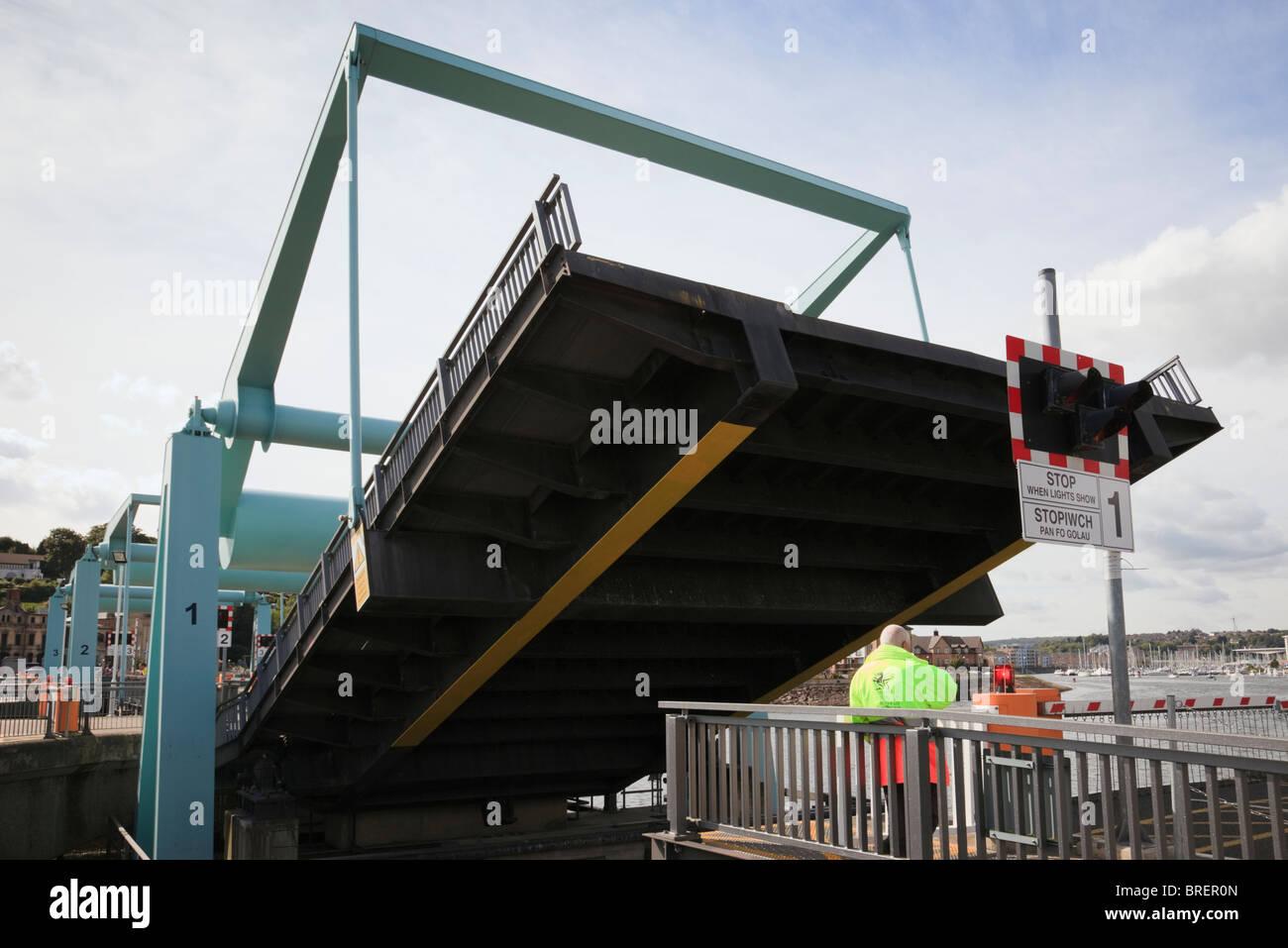 Cardiff Bay (Bae Caerdydd), Glamorgan, South Wales, UK. Operator lifting bascule bridge on the Cardiff Barrage - Stock Image