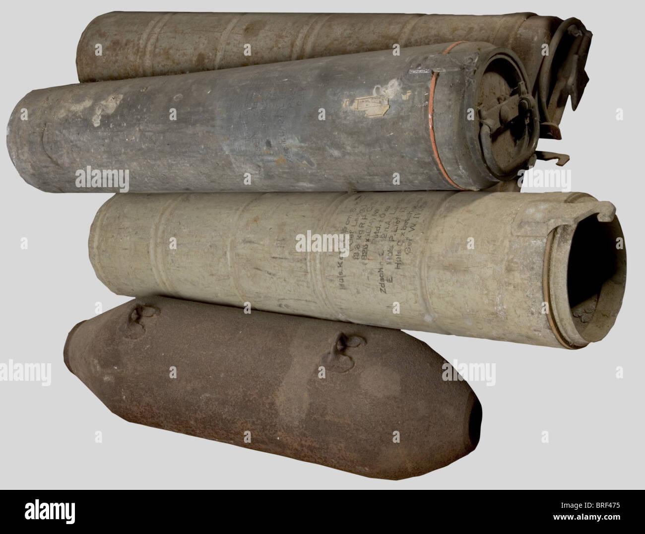 Caisses de Munitions, Huit conteneurs cylindriques, métalliques étanches pour le stockage individuel d'obus - Stock Image