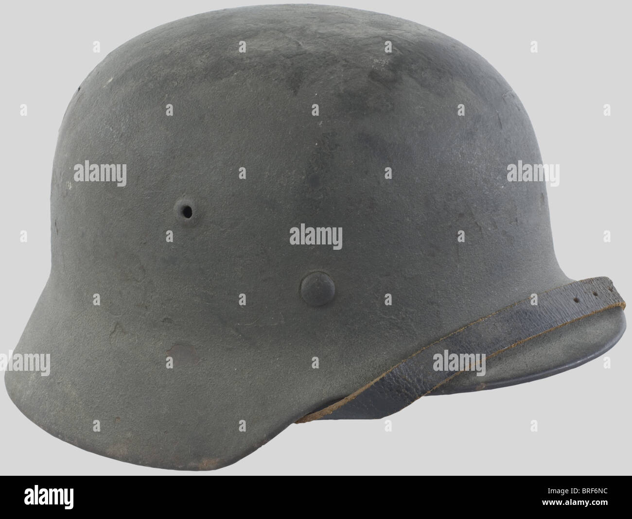 Wehrmacht, Casque modèle 35/40, comportant un insigne visible à 50%, belle peinture, complet avec son - Stock Image