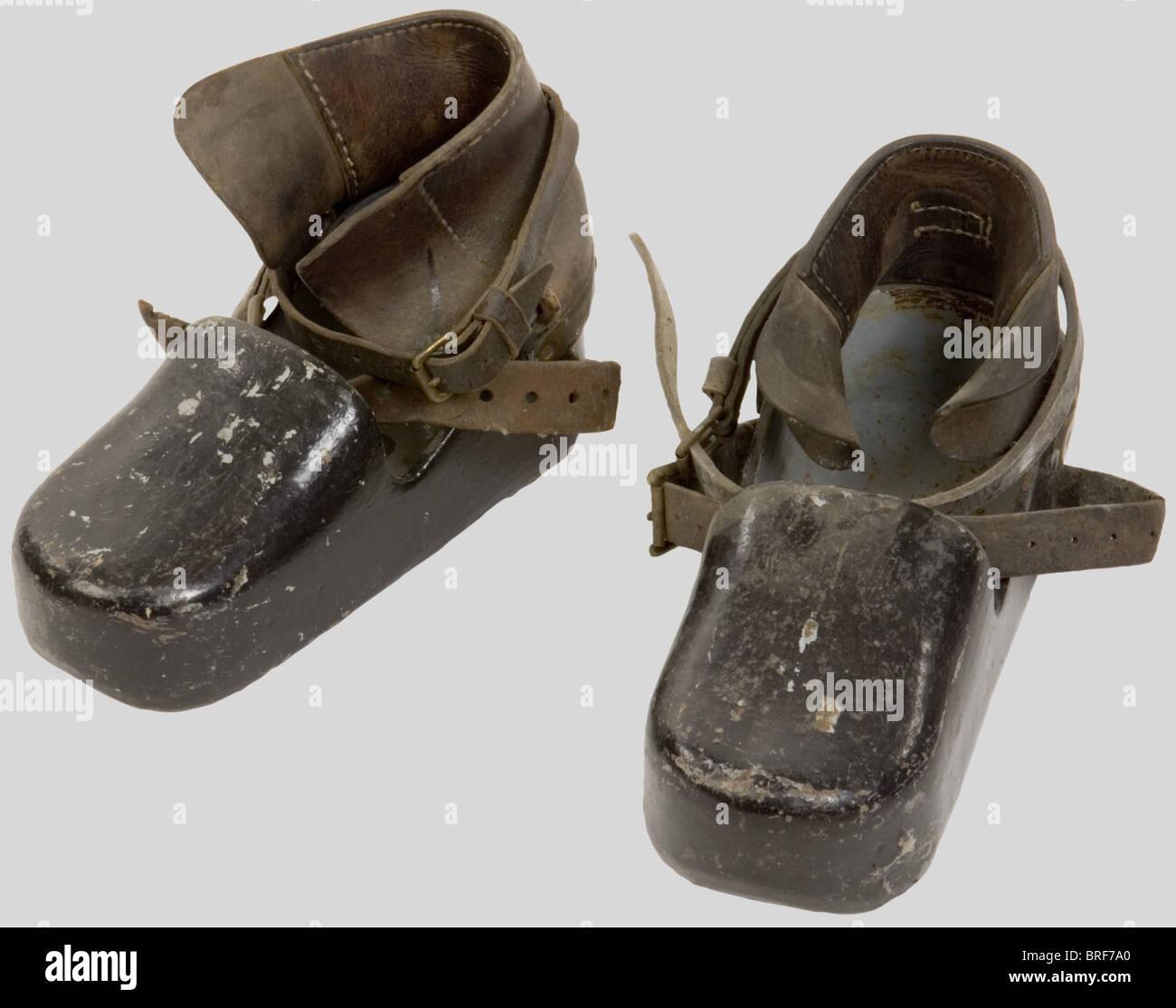 Kriegsmarine, Chaussures de Scaphandrier de la Kriegsmarine., Plomb et bronze peint en gris clair avec lanières - Stock Image