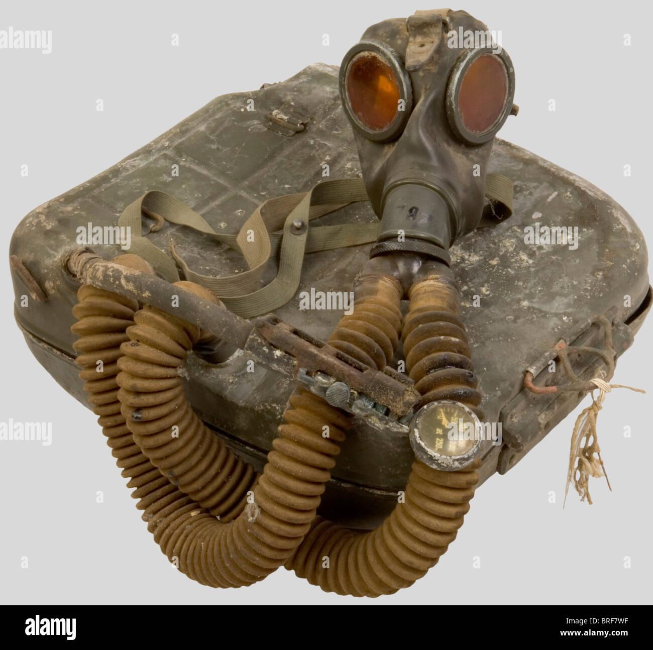 A 'Heeres-Atmer', German dorsal respiratory system. Feldgrau painted aluminium case, including its mask - Stock Image