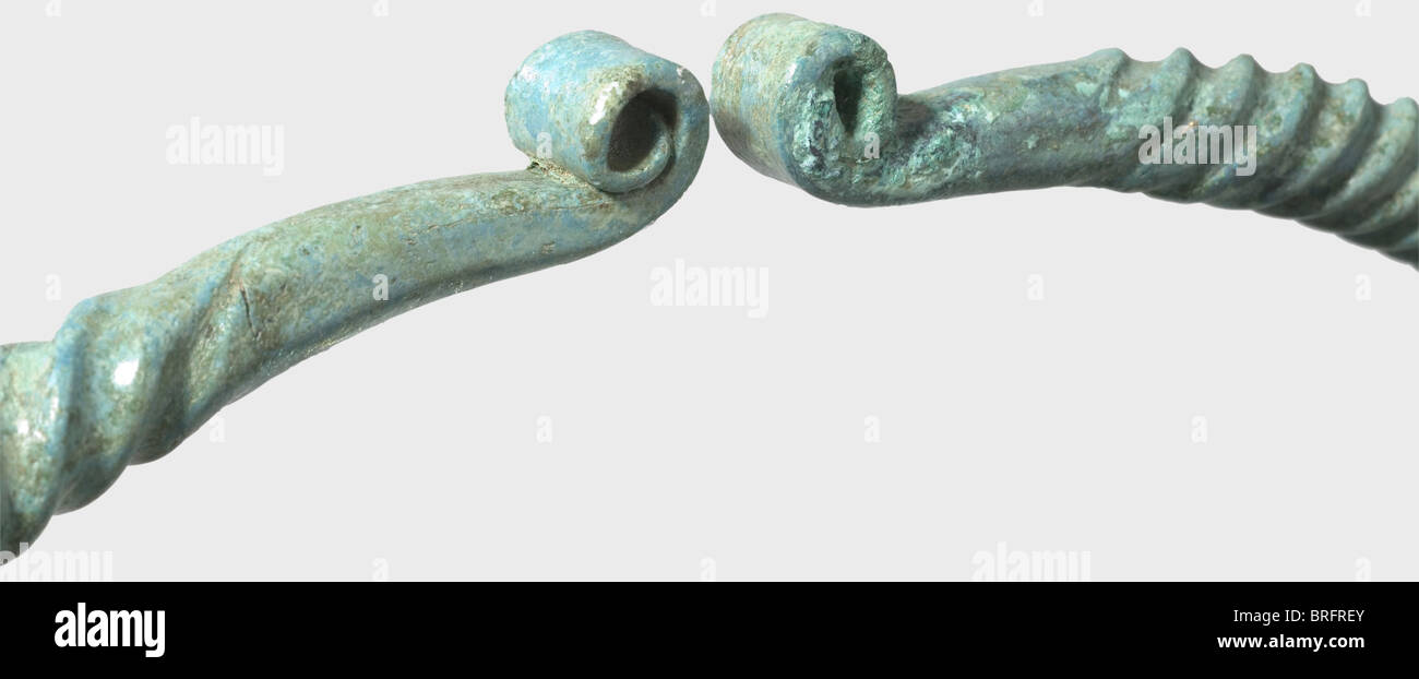 A large Celtic torque, Central Europe, 2nd/1st century B.C. Bronze with a fine emerald green patina. Finely twisted - Stock Image