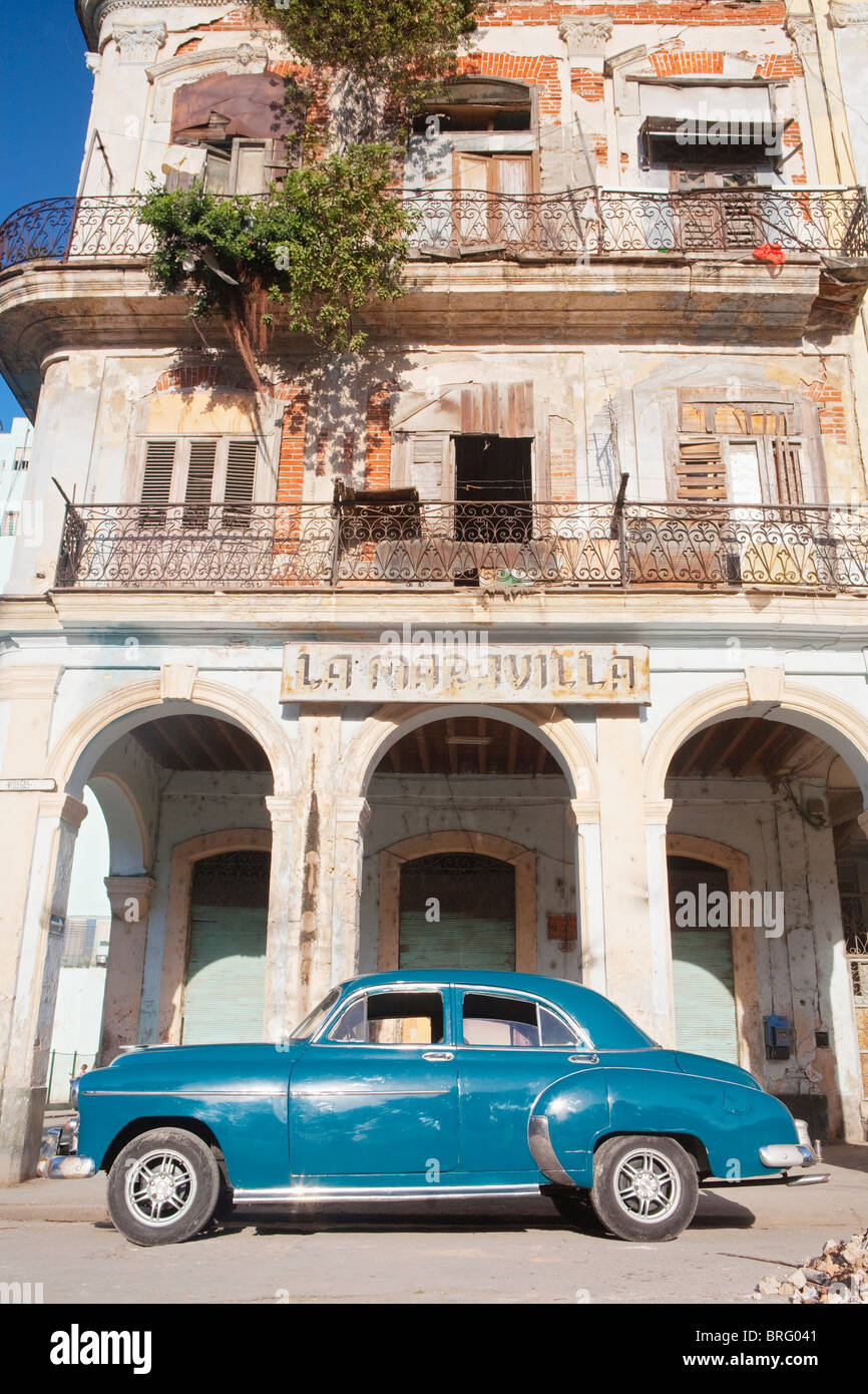 HABANA VIEJA: CLASSIC AMERICAN CAR AND COLONIAL BUILDING - Stock Image