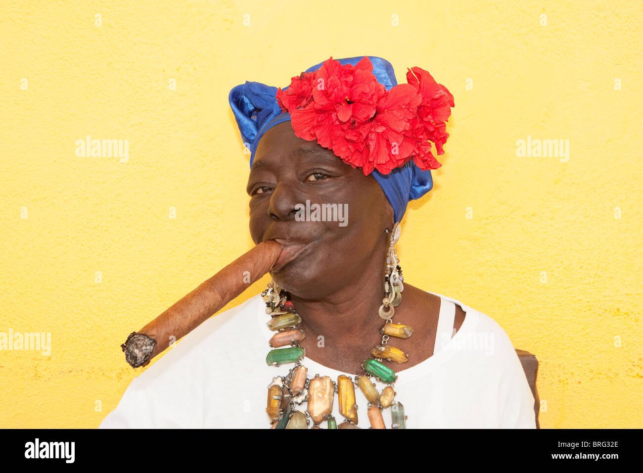 HAVANA: CUBAN WOMAN WITH CIGAR - Stock Image