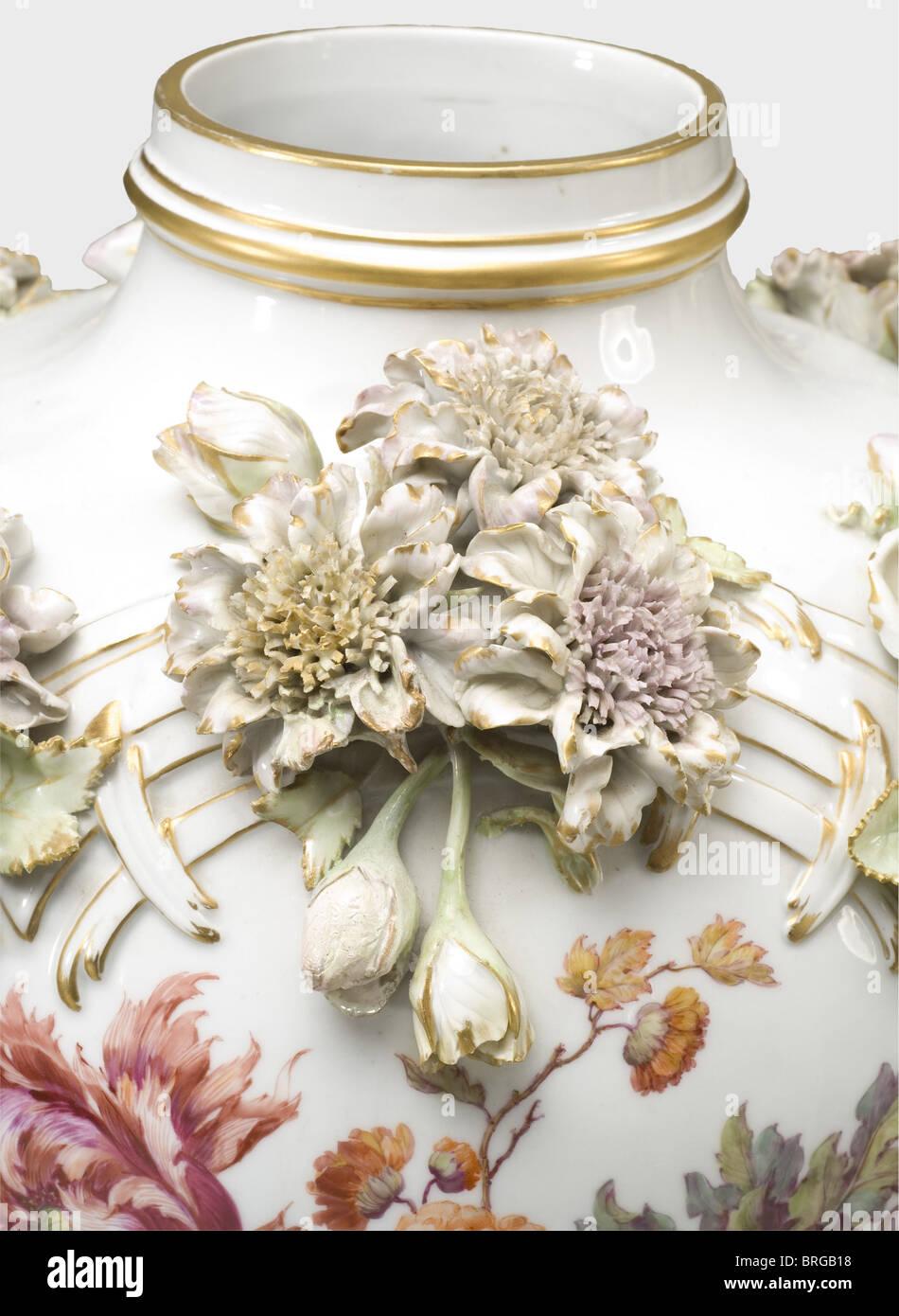 A souvenir vase 'Russian Embassy in Berlin', Royal Porcelain Manufacture (KPM), ca. 1914/15 White glazed - Stock Image