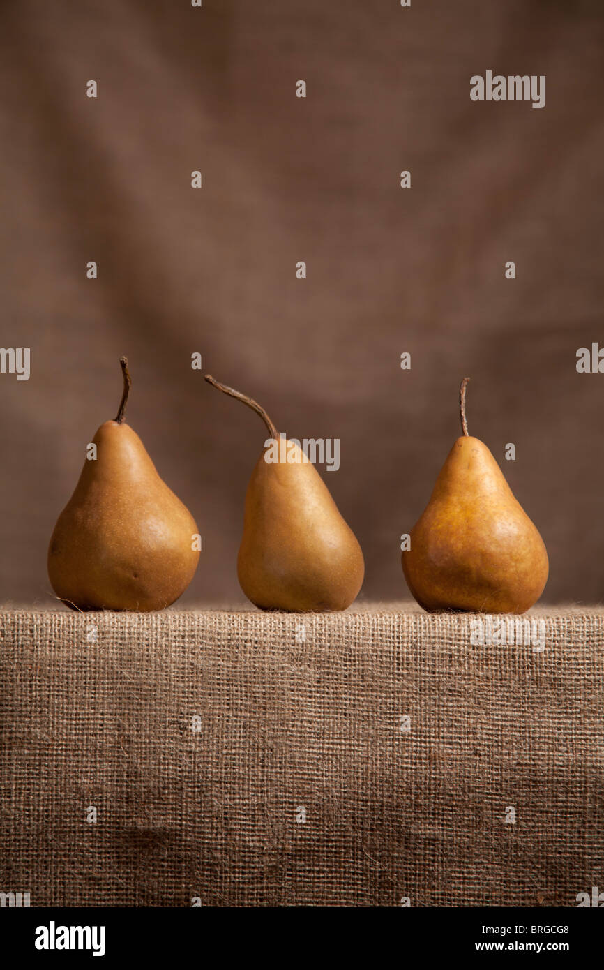 Pears on hessian (burlap) cloth - Stock Image