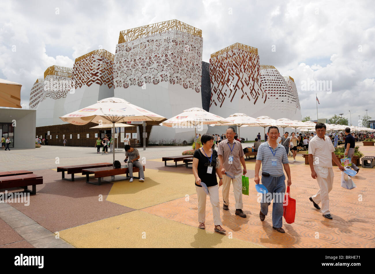 Shanghai World Expo 2010, China. Visitors outside the Russia pavilion - Stock Image