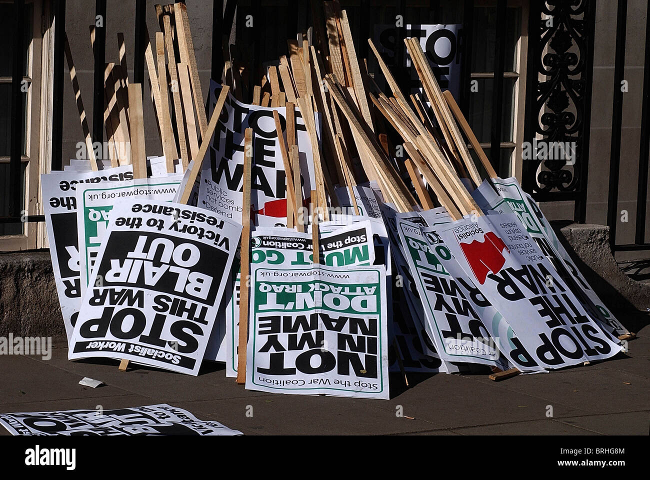 Discarded placards after the Grosvenor Sqr. anti war demo, 05-04-2003. Photo by John Robertson-Tel.07850 931219. - Stock Image