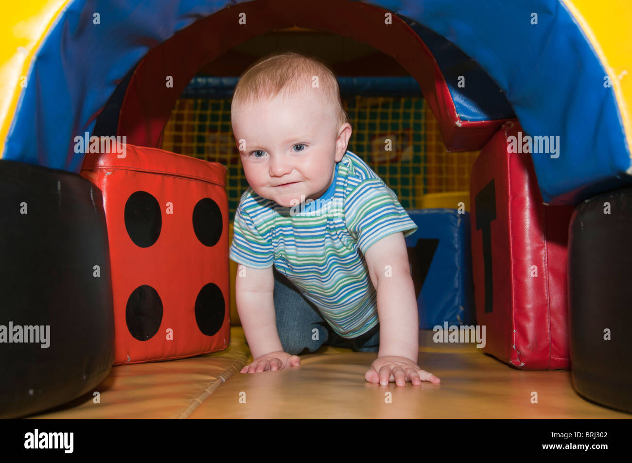 huge selection of abbf9 f08a7 1 year old baby crawling through a play tunnel Stock Photo ...