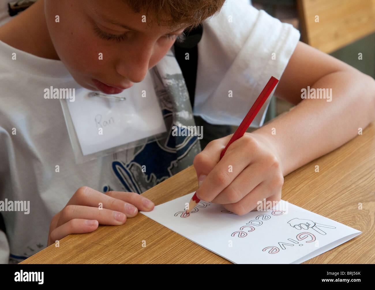 child writing a peace message. Jerusalem - Stock Image
