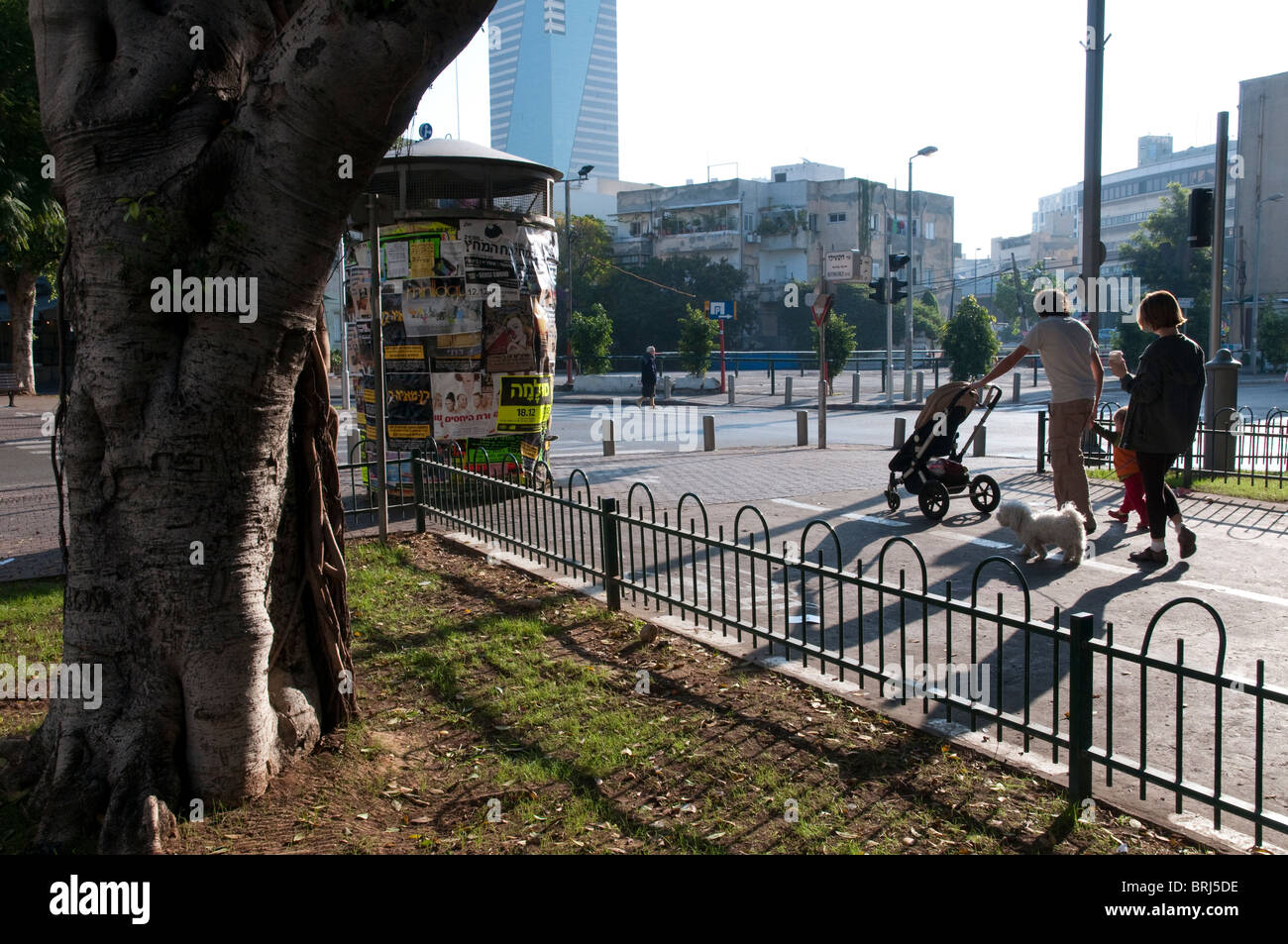 Couple strolling along the Rotschild promenade with trolley. Tel aviv - Stock Image
