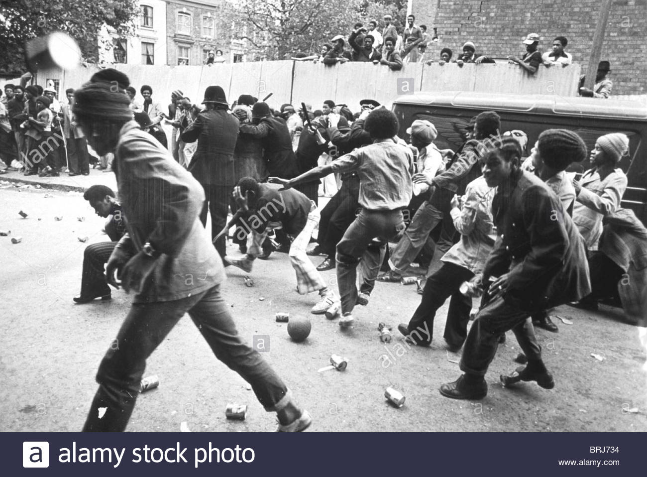/ ( 60231d ) RIOTING AT THE CARNIVAL NOTTING HILL CARNIVAL, LONDON 1976 - Stock Image