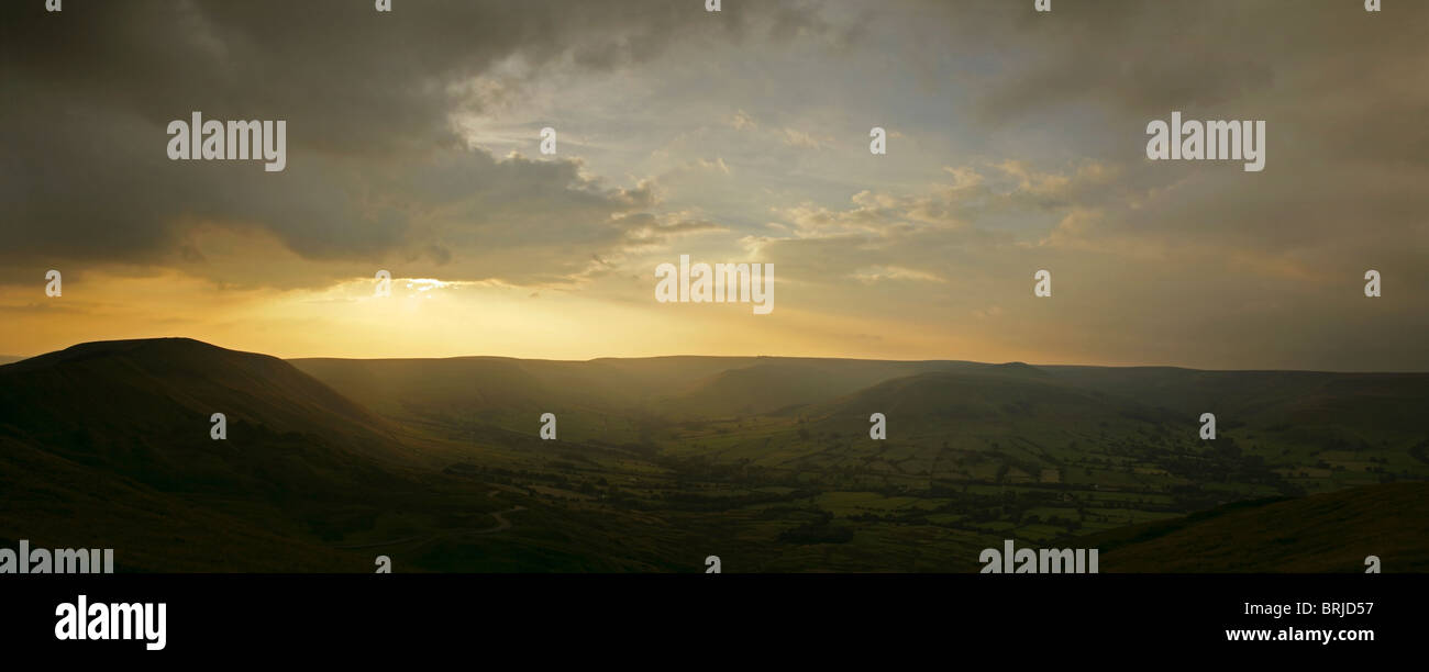 View from Mam Tor towards Rushup Edge (left) and Kinder Scout (right), Peak District National Park, England. - Stock Image