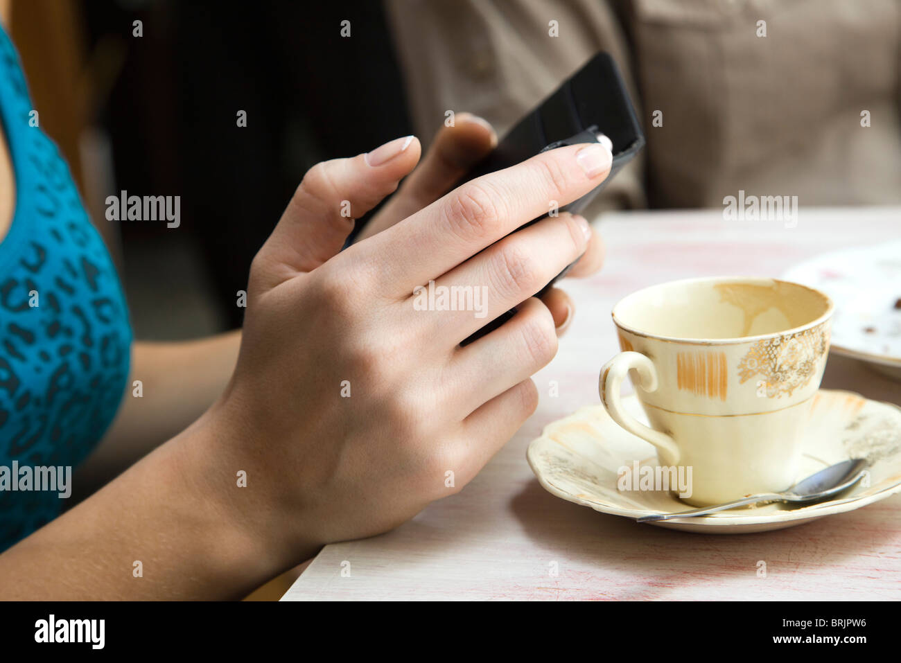 Woman holding cell phone, close-up - Stock Image