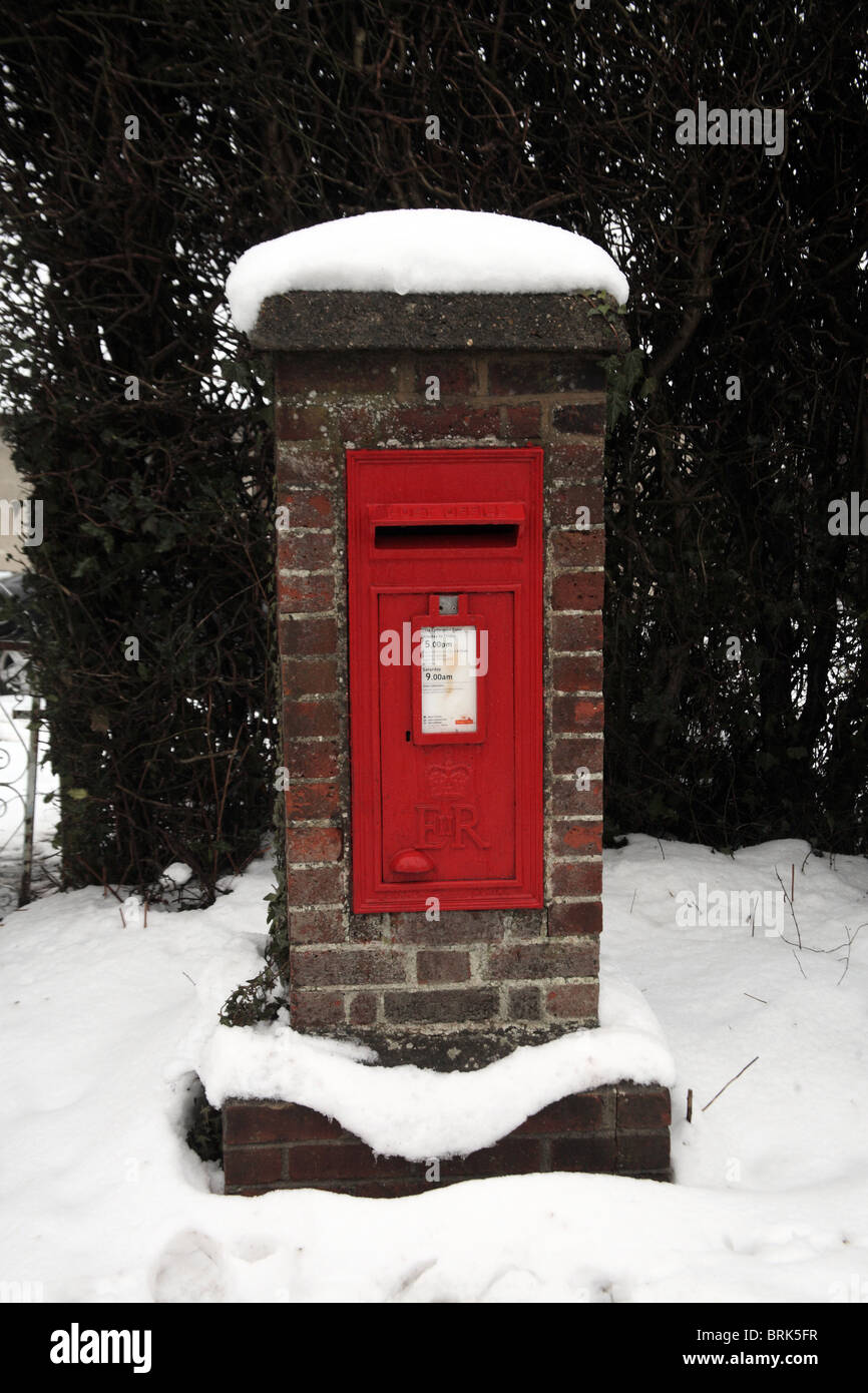 UK Post Office postbox covered in snow - Stock Image