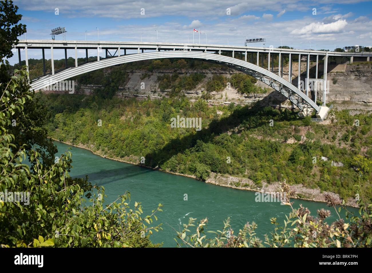 405 Bridge between Canada and New York State spans Niagara escarpment - Stock Image