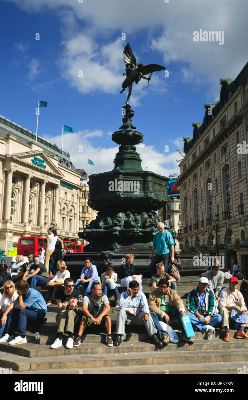 Crowds gather around the staue of Eros, Piccadilly Circus, London - Stock Image