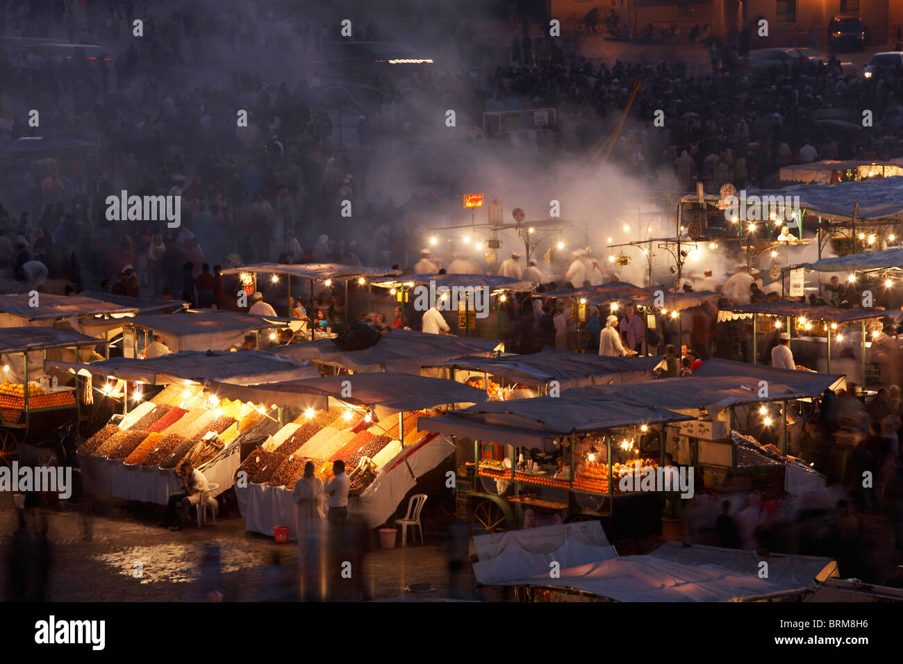MARRAKESH: ELEVATED VIEW FOOD STALLS IN DJEMAA EL FNA AT NIGHT - Stock Image