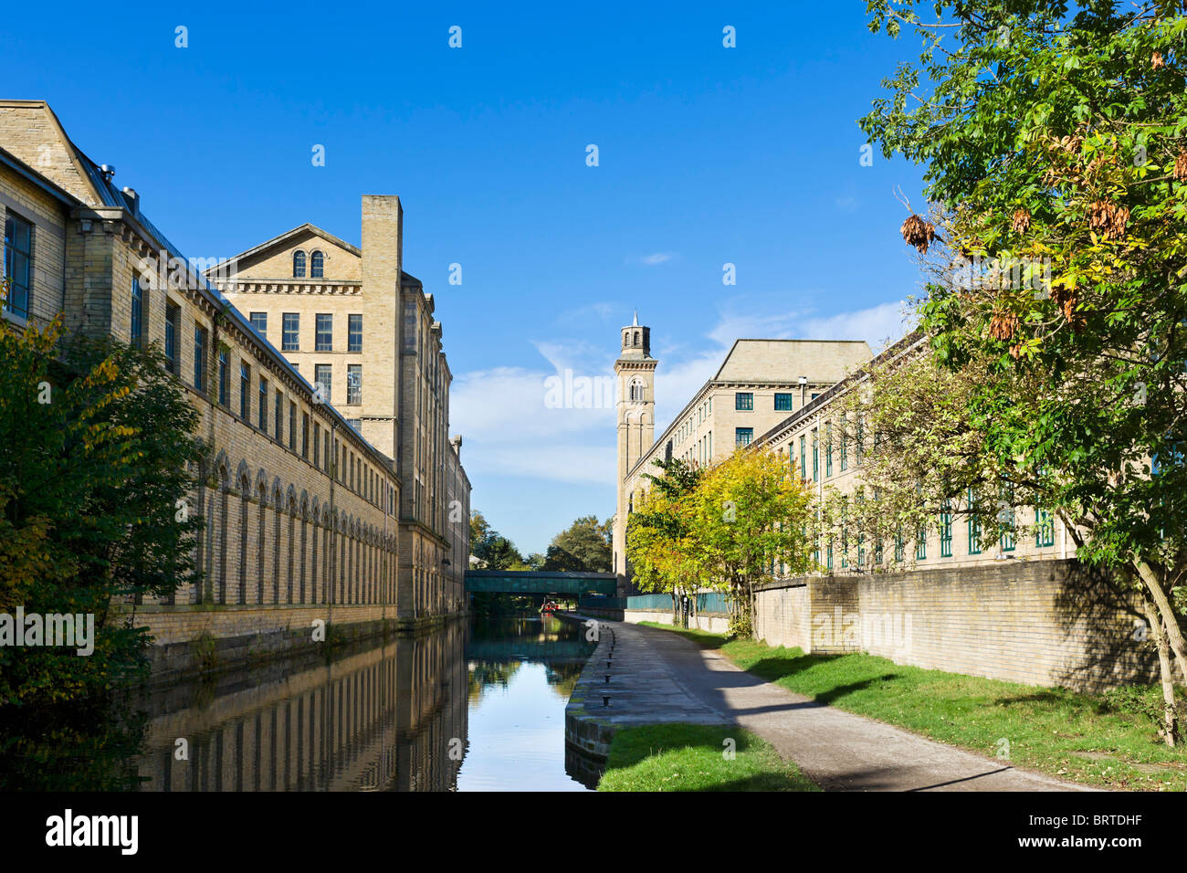 Salts Mill on the Leeds and Liverpool Canal, Saltaire, near Bradford, West Yorkshire, England, UK - Stock Image
