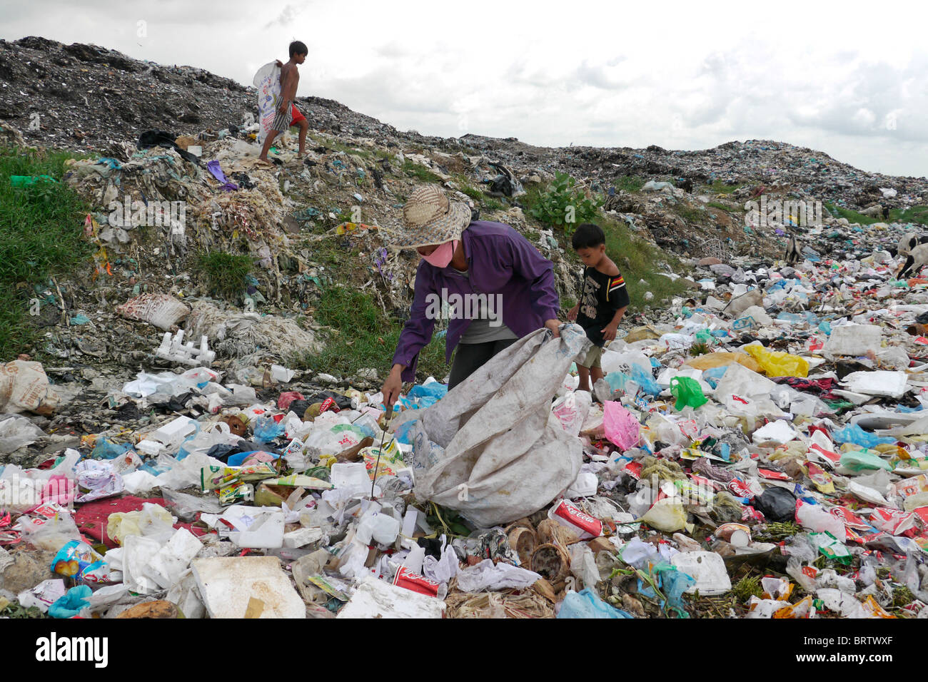 CAMBODIA Scavenger Soun Srey Thouch searching for recyclable materials on Phnom Penh's Mean Caeay garbage dump. - Stock Image