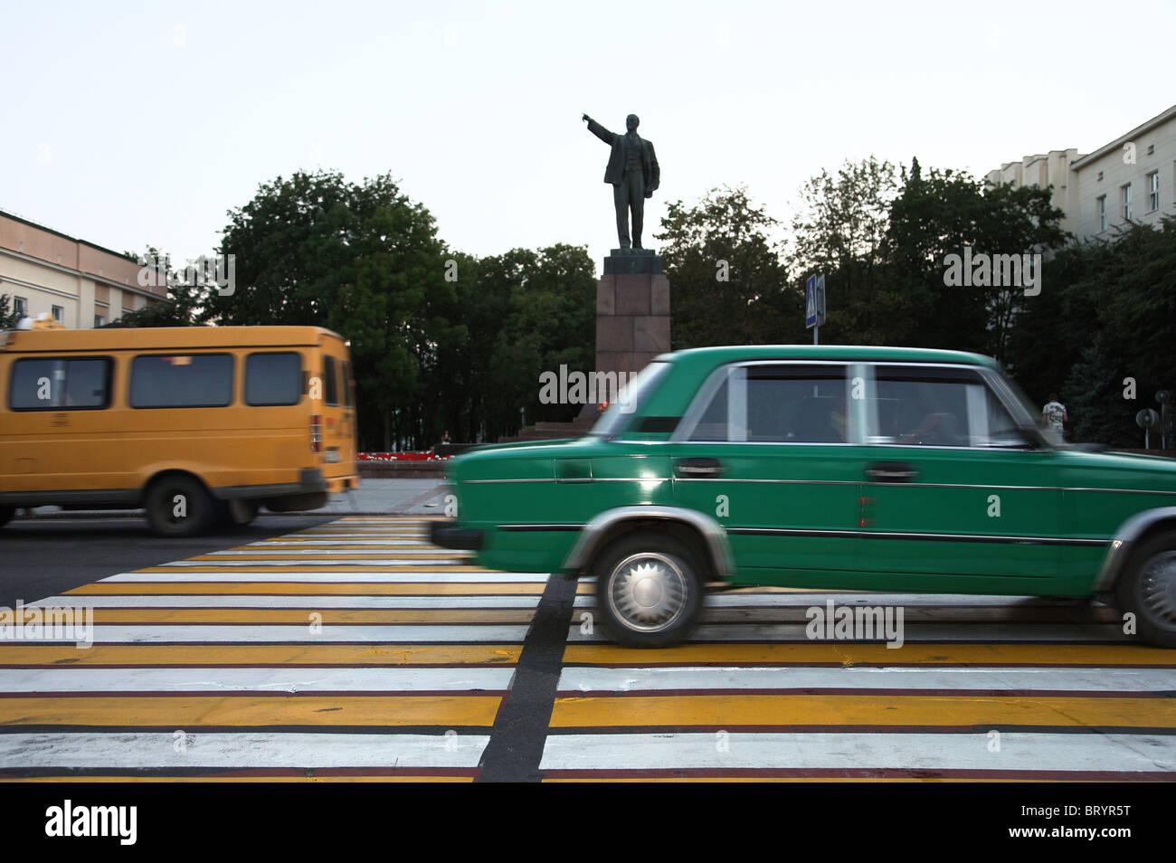 Street scene in front of Lenin monument, Brest, Belarus - Stock Image