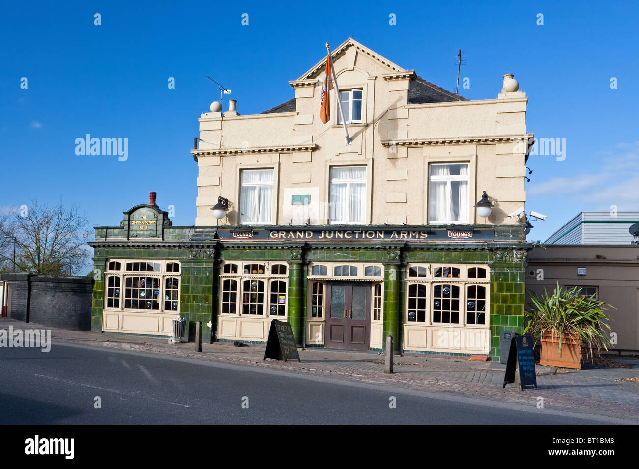 England London Harlesden 'Grand Junction Arms' public house on Acton Lane - Stock Image