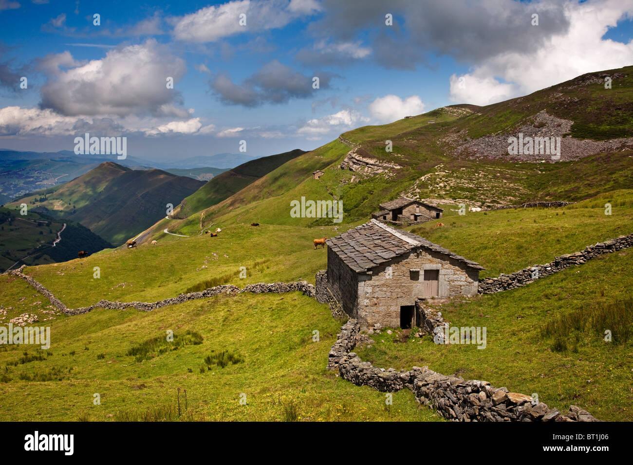 Cabaña tìpica montañesa paisaje Vega de Pas Cantabria España Typical mountain cabin and landscape Vega de Pas Cantabria Stock Photo