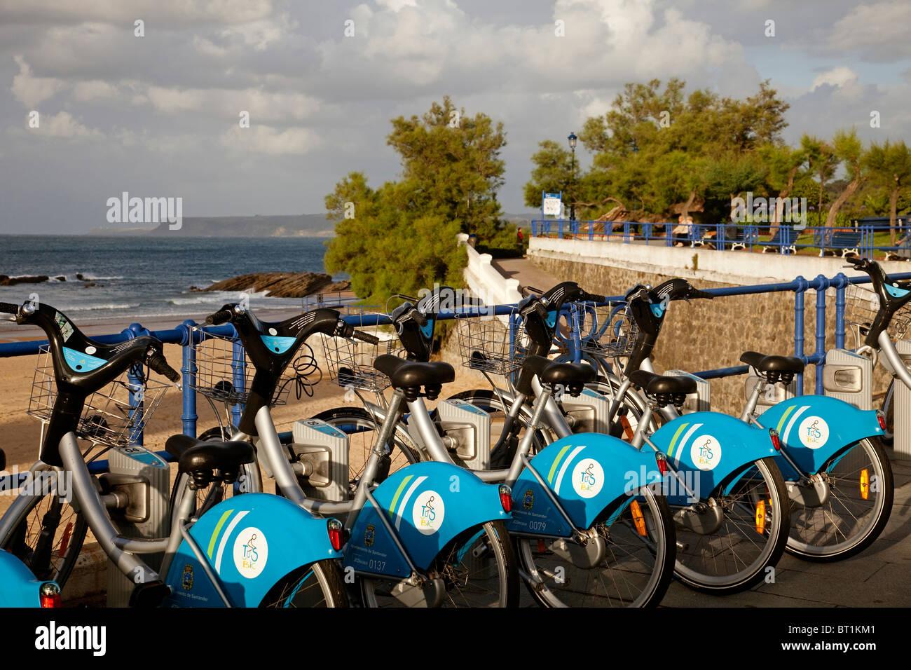 Alquiler de bicicletas en las playas del Sardinero Santander Cantabria España Bicycle rentals Sardinero beach - Stock Image
