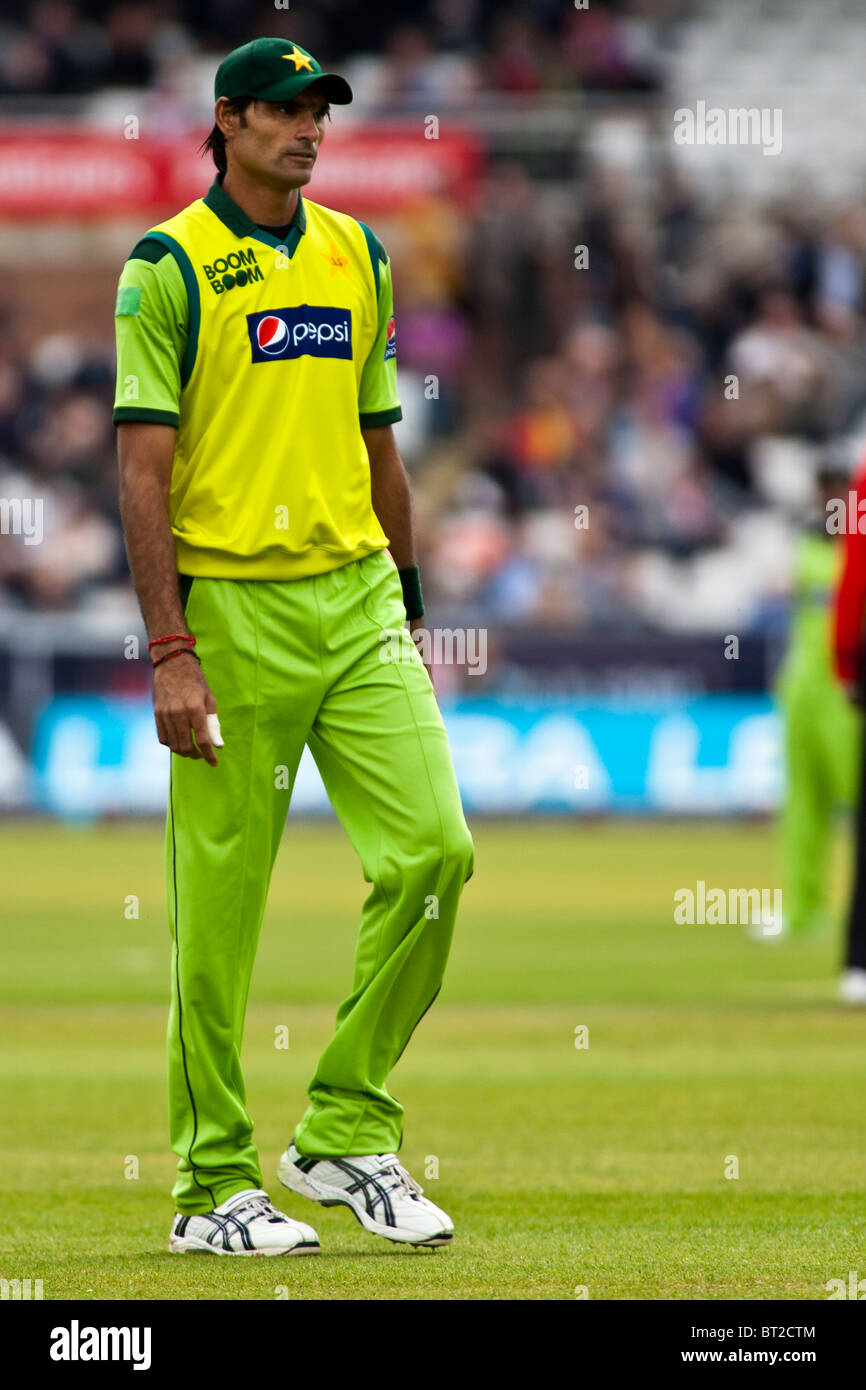 Pakistan fast bowler Mohammad Irfan stands head and shoulders above some of his team-mates  England v Pakistan 1st - Stock Image
