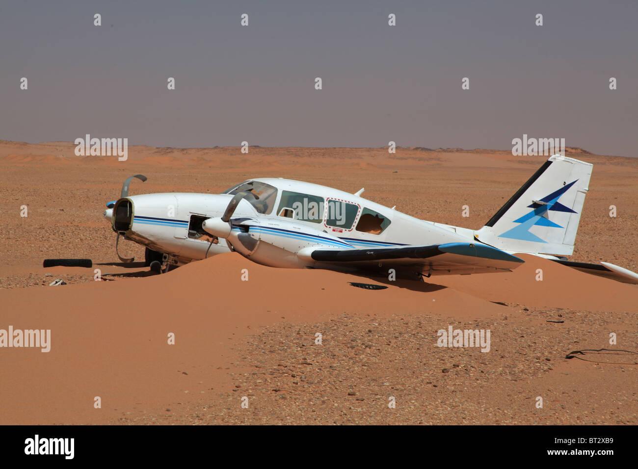 PLANE CRASHED IN SAHARA DESERT ( OUADIDOUM , CHAD) - Stock Image