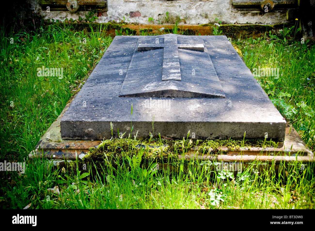 a tombstone in a graveyard - Stock Image
