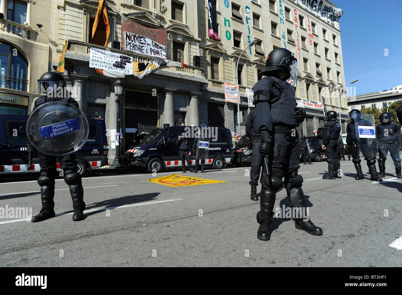 Riot police keeping a building at Barcelona city centre that have been occupied by squatters day's before the - Stock Image