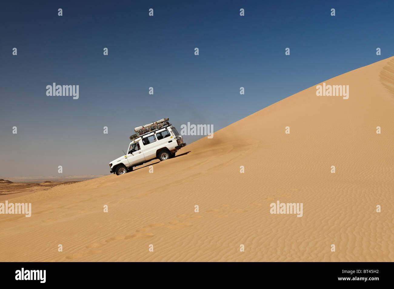 4x4 offroad car in desert landscape near Oasis Dakhla, western desert, Egypt, Arabia, Africa - Stock Image