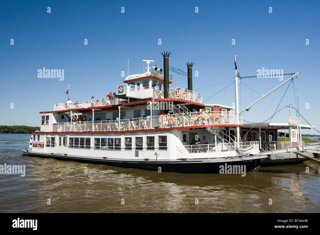 The river boat 'Mark Twain', named for Hannibal, Missouri's most famous son, plies the waters of the - Stock Image