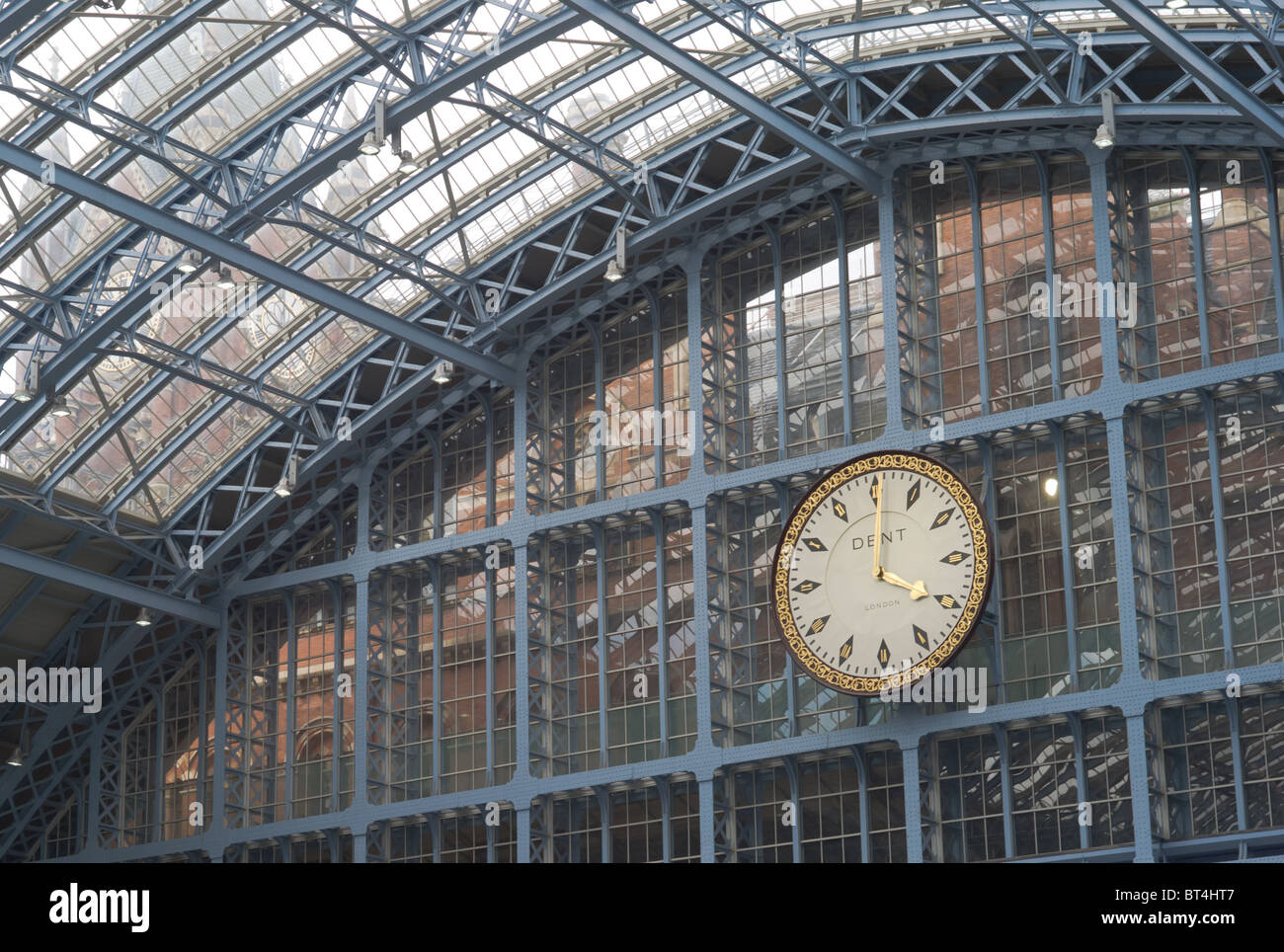 Train shed and station clock in St. Pancras station in London, England, UK. - Stock Image