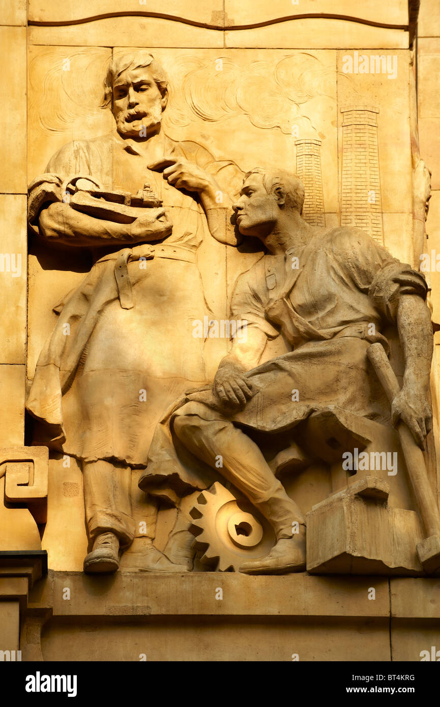 Bas relief sculptures on the Hungarian National Bank building, Budapest, Hungary - Stock Image