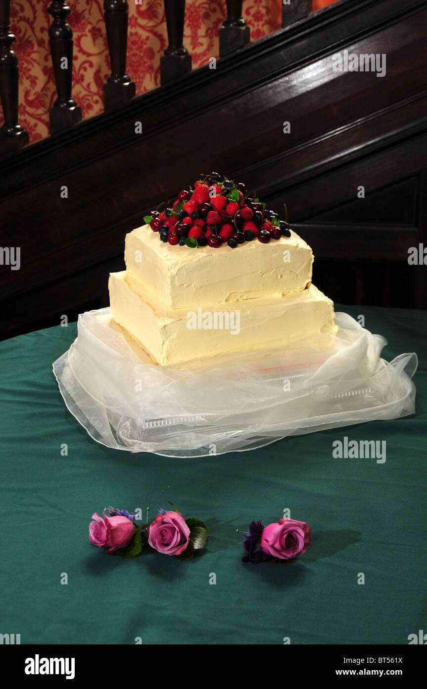 Three Tiers Of Cake Stock Photos & Three Tiers Of Cake Stock Images ...